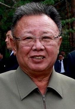 Kim Jong-il (n. 16 februarie 1941, Veatskoe, Ținutul Habarovsk, URSS – d. 17 decembrie 2011, Phenian, Coreea de Nord) a fost un om politic din Coreea de Nord, comandant militar cu gradul de mareșal al R.P.D.Coreene, conducătorul suprem al Republicii Populare Democrate Coreene între anii 1994 și 2011. După moarte, în 2012, a fost proclamat generalisim al R.P.D.Coreene - foto preluat de pe en.wikipedia.org