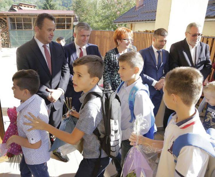 """USR:  Anul școlar între entuziasmul copiilor și pregătirile """"pe genunche"""" ale ministrului Pop - foto: facebook.com"""
