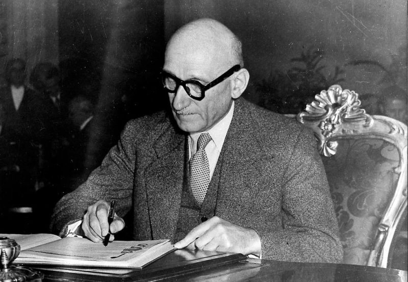Robert Schuman, Minister of Foreign Affairs for France, signs the European Convention on Human Rights (Rome, 4 November 1950) - foto preluat de pe www.cvce.eu