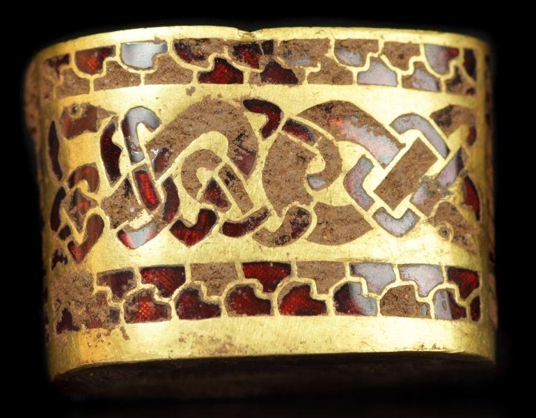 Tezaurul de la Staffordshire, conform originalului, Staffordshire hoard, este cel mai bogat tezaur de artă Anglo-Saxonă realizat din aur descoperit vreodată - foto preluat de pe ro.wikipedia.org