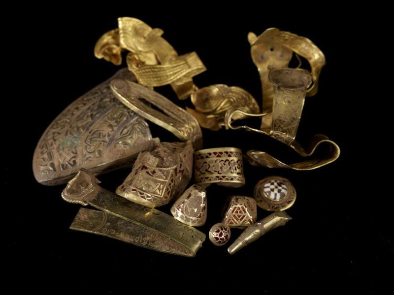 Tezaurul de la Staffordshire - Piese disparate descoperite la locul sitului arheologic - foto preluat de pe ro.wikipedia.org