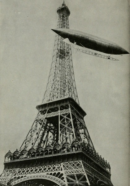 Santos-Dumont înconjurând Turnul Eiffel pentru a câştiga premiul Deutsch Prize. Photo courtesy of the Smithsonian Institution (SI Neg. No. 85-3941) - foto: ro.wikipedia.org