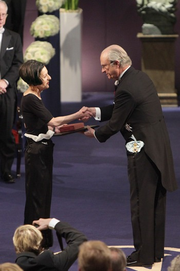 Herta Müller receiving her Nobel Prize from His Majesty King Carl XVI Gustaf of Sweden at the Stockholm Concert Hall, 10 December 2009. Copyright © The Nobel Foundation 2009 Photo: Frida Westhol (preluat de pe nobelprize.org)