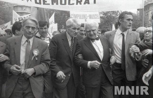 Diaconescu (stânga), Corneliu Coposu şi Ion Raţiu în 1990 - foto: ro.wikipedia.org