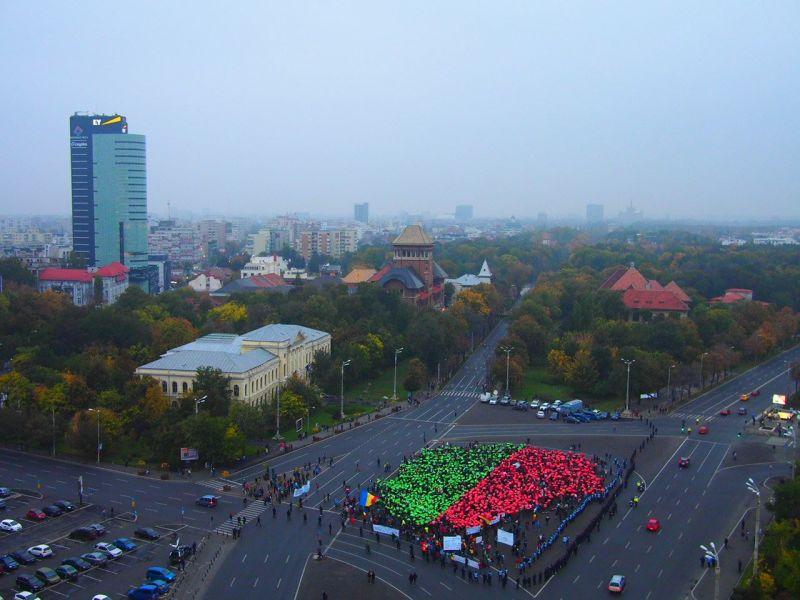 """13 octombrie 2013: Protest """"Salvaţi Roşia Montană"""", în București, Piaţa Victoriei: Aproximativ 3.000 de oameni au format logo-ul campaniei """"Salvaţi Roşia Montană"""" - foto: facebook.com"""