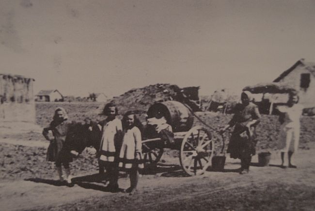 """Imagini prezentate la dubla expozitia intitulata """"Rusaliile Negre: Deportarea in Baragan -- Memoria ca forma de justitie."""" In poza de fata este surprins transportul apei in Valea Viilor, 1952."""" - foto preluat de pe Epoch Times Romania"""