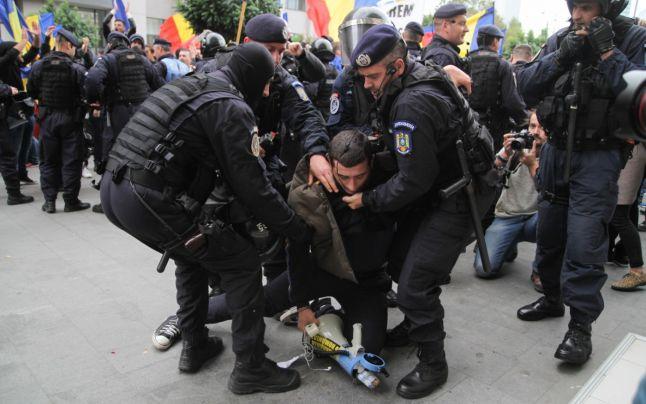 """""""Violentul"""" George Simion şi câinii de pază ai democraţiei la Marșul Unirii: LUPTĂ pentru Basarabia! (22 Octombrie 2016) - foto preluat de pe adevarul.ro"""
