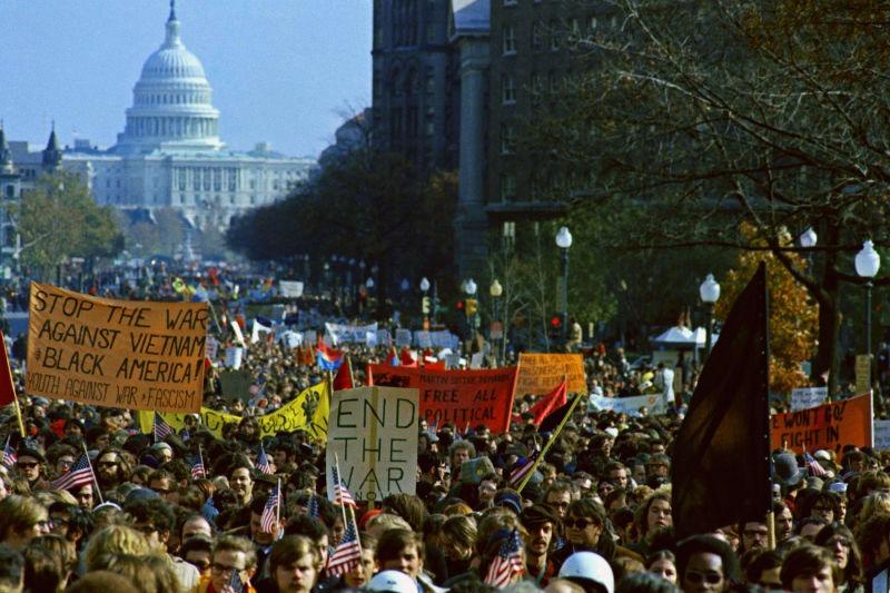 An anti-Vietnam War protest in Washington DC — November 15, 1969 - foto preluat de pe www.greenwichtime.com