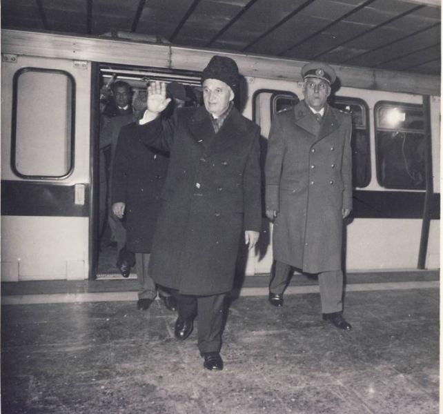 Nicolae Ceaușescu la inaugurarea celui de al doilea tronson al primei magistrale de metrou,  Timpuri Noi-Republica (28 decembrie 1981) - foto preluat de pe ro.wikipedia.org
