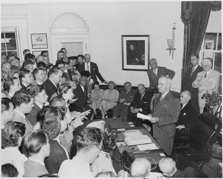 Truman anunțând capitularea Japoniei. Washington, DC, 14 august 1945 - foto preluat de pe ro.wikipedia.org