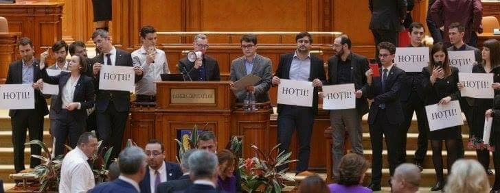 Luptă de gherilă în plenul Camerei Deputaților pentru a bloca adoptarea primei legi anti-justiție - foto preluat de pe www.facebook.com