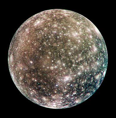Callisto este unul dintre cei patru sateliți galileeni ai lui Jupiter. Al doilea satelit ca mărime dintre cei ai lui Jupiter, nu este mai mare decât Mercur. El a fost descoperit în 1610 de către Galileo Galilei. Callisto este al treilea satelit ca mărime din Sistemul solar și al doilea dintre sateliții lui Jupiter, după Ganymede (Fotografie făcută în 2001 de sonda spațială Galileo) - foto preluat de pe ro.wikipedia.org