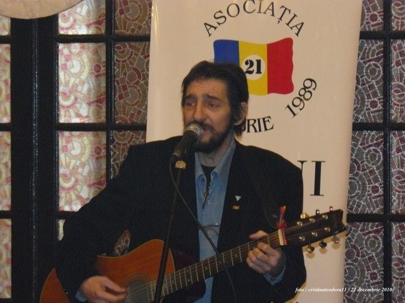 """Cristian Pațurcă (n. 10 septembrie 1964 - d. 18 ianuarie 2011, București) a fost un cântăreț, compozitor, revoluționar și prodemocrat român (La Pomul de Crăciun din 22 decembrie 2010, organizat pentru copiii membrilor Asociației """"21 Decembrie 1989"""", Cristian ne-a cântat Colinde. Pentru ultima dată ...) - foto preluat de pe ro.wikipedia.org"""