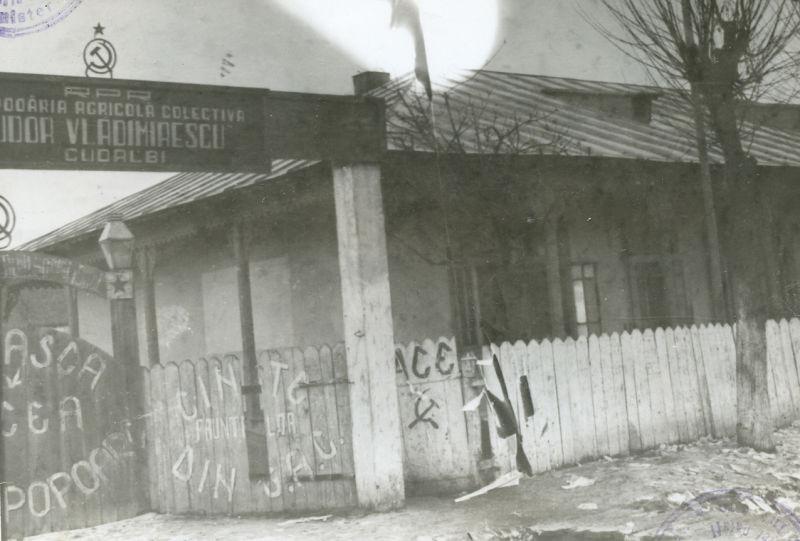 """Sediul GAC """"Tudor Vladimirescu"""" din Cudalbi, după revolta din 11 ianuarie 1958 Sursa foto: ACNSAS, FP, dos. 014809, vol. 2, f. 225"""