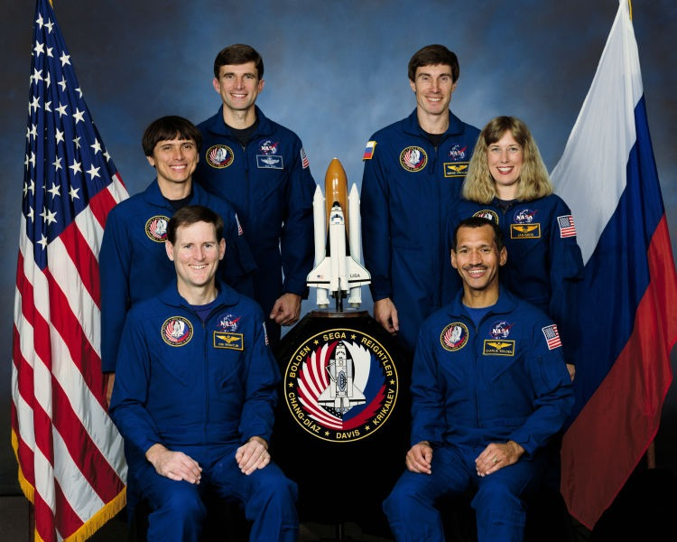 STS-60 - Five NASA astronauts and a Russian Cosmonaut take a break from training for their scheduled flight in space to pose for the traditional crew portrait. In the front (left to right) are Astronauts Kenneth S. Reightler Jr., and Charles F. Bolden Jr., pilot and commander, respectively. On middle row are Astronauts Franklin R. Chang-Diaz and N. Jan Davis, mission specialists. On back row are Astronaut Ronald M. Sega (left) and Russia's Sergei K. Krikalev, both mission specialists - foto preluat de pe en.wikipedia.org
