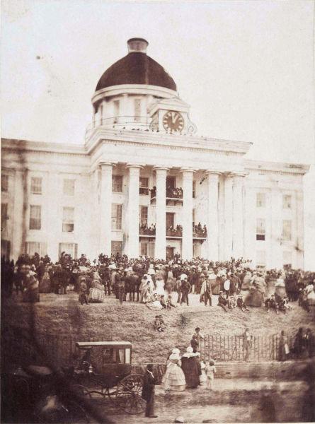 Jefferson Davis a fost investit în funcția de președinte al Statelor Confederate ale Americii pe 18 februarie 1861, pe treptele Capitolului din statul Alabama - foto preluat de pe ro.wikipedia.org