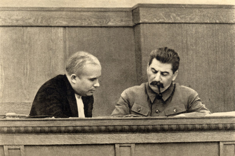 Nikita Hrușciov si Iosif Stalin in ianuarie 1936 - foto preluat de pe ro.wikipedia.org