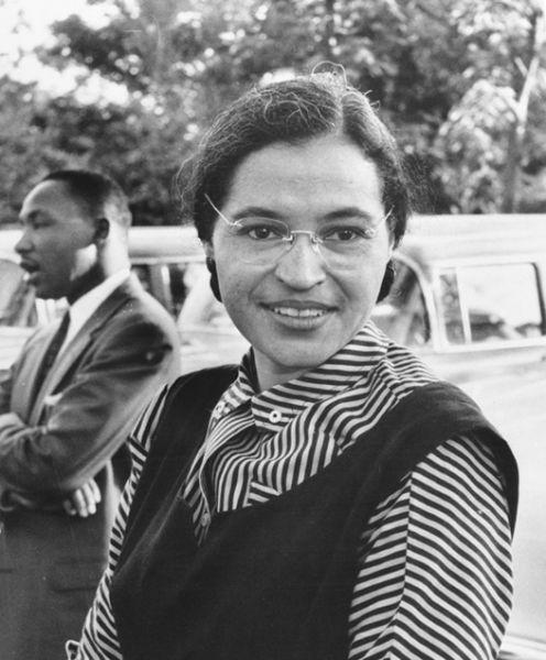 Rosa Louise Parks în 1955, cu Martin Luther King, Jr. în plan secund - foto preluat de pe ro.wikipedia.org