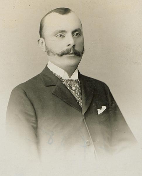 Alexandru Marghiloman (n. 4 iulie 1854, Buzău, Țara Românească – d. 10 mai 1925, Buzău, România) a fost un om de stat conservator român care a îndeplinit funcția de prim-ministru al României în anul 1918 (martie–noiembrie) și a avut un rol decisiv în timpul Primului Război Mondial -  foto preluat de pe commons.wikimedia.org