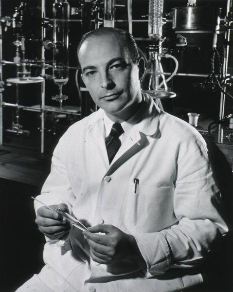 Arthur Kornberg (n. 3 martie 1918, New York, Statele Unite ale Americii – d. 26 octombrie 2007, Stanford, SUA) a fost un biochimist american care a câștigat Premiul Nobel în Fiziologie sau Medicină în anul 1959 - foto preluat de pe ro.wikipedia.org