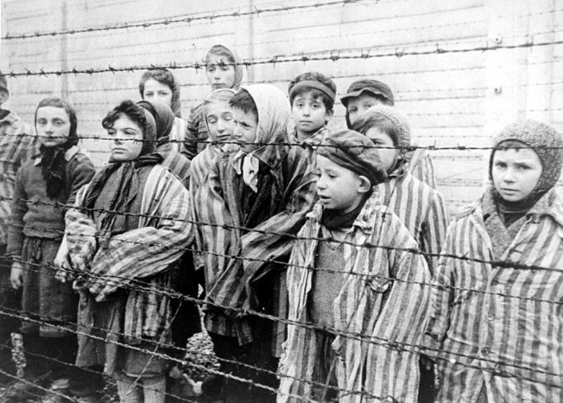 Jewish twins kept alive to be used in Mengele's medical experiments. These children were liberated from Auschwitz by the Red Army in January 1945 - foto preluat de pe en.wikipedia.org