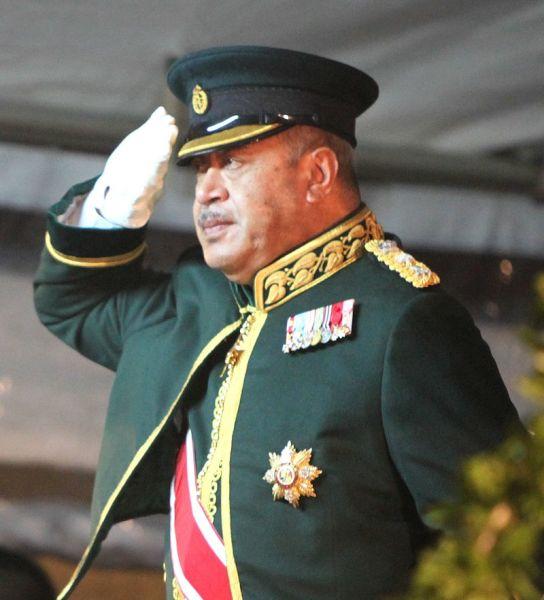George Tupou al V-lea (n. 4 mai 1948 – 18 martie 2012) a fost rege al Tonga în urma decesului tatălui său, Tāufaʻāhau Tupou al IV-lea în 2006, până la moartea sa, șase ani mai târziu -foto preluat de pe en.wikipedia.org