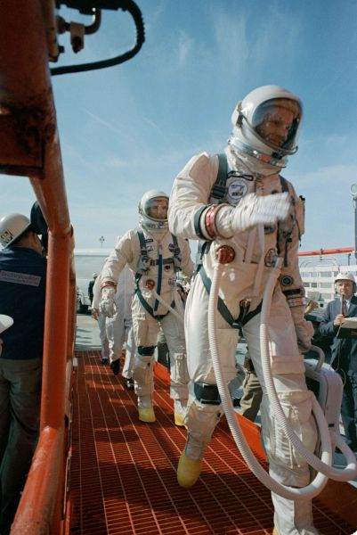 Commander Neil Armstrong (right) and pilot David R. Scott prepare to board Gemini VIII. The mission launched at 11:41 am EST on March 16, 1966. Gemini VIII conducted the first docking of two spacecraft in orbit after rendezvous with an unmanned Agena docking target - NASA photo #s66-24478 - foto preluat de pe airandspace.si.edu