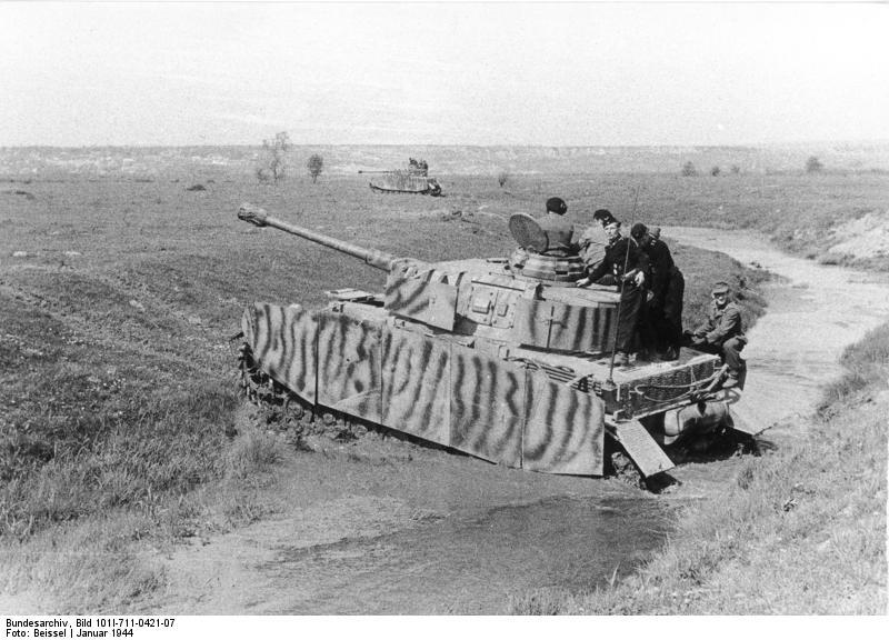 Tancurile Panzer IV deplasându-se pe câmpiile largi din Ucraina, în ianuarie 1944 - foto preluat de pe ro.wikipedia.org