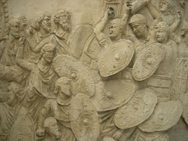Primul Război Daco-Roman (101-102) - Battle scene. The Dacians (on the left) are attacking Trajan's men. From en:Trajan's Column; this is from the plaster-cast reproduction at the Museum of Romanian History in Bucharest, Romania - foto preluat de pe ro.wikipedia.org