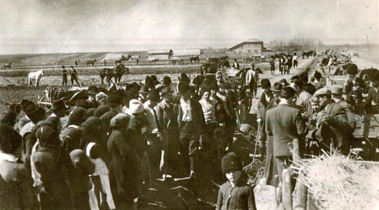 """Ţărani muncitori într-o comună împreună cu comisia de reformă agrară împărţind moşia unui moşier.(martie 1945) - sursa – """"Fototeca online a comunismului românesc"""",  Cota: 6/1945"""