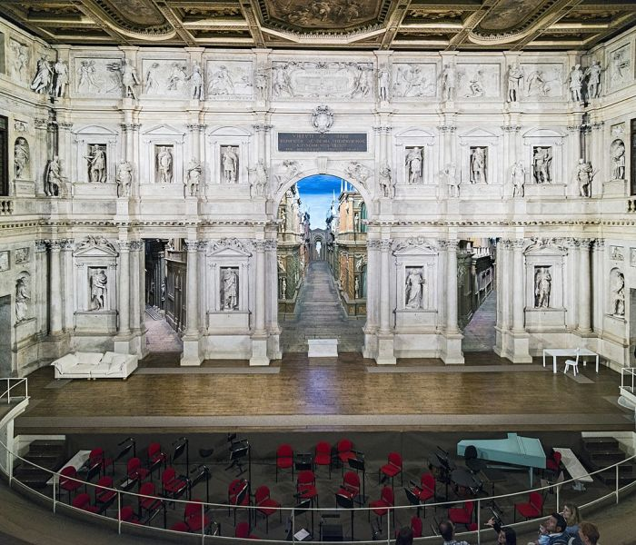 """Scaenae frons of the Teatro Olimpico. The large arch in the center is known as the porta regia or """"royal arch"""" - foto preluat de pe en.wikipedia.org"""