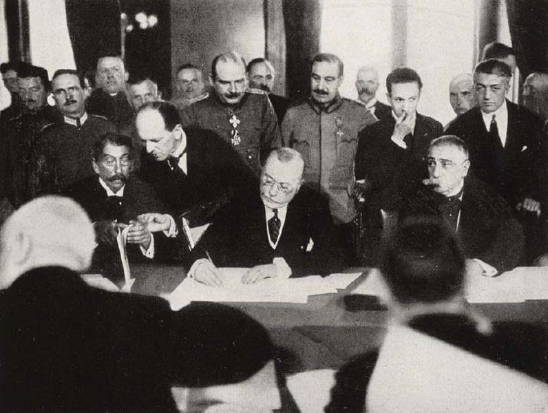 Romanian Prime-Minister Alexandru Marghiloman signing the treaty (7 May 1918)  - foto preluat de pe en.wikipedia.org