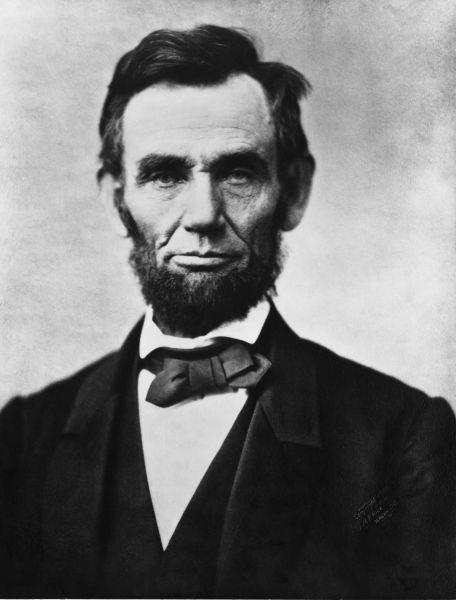 Abraham Lincoln (n. 12 februarie 1809, Comitatul LaRue, Kentucky, Kentucky, SUA – d. 15 aprilie 1865, Washington, SUA) a fost al şaisprezecelea preşedinte al Statelor Unite ale Americii, funcţie pe care a exercitat-o începând cu luna martie 1861 şi până la asasinarea sa în aprilie 1865 - President Lincoln in November 1863 - foto preluat de pe ro.wikipedia.org