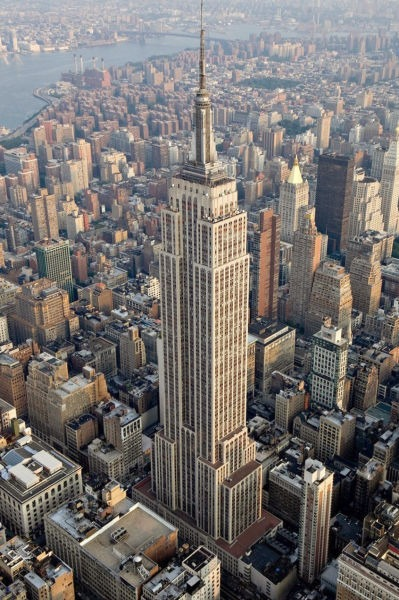 Empire State Building este un zgârie-nori și se află la intersecția dintre Fifth Avenuee și West Street 34 - Seen from the air, 2012 - foto preluat de pe en.wikipedia.org