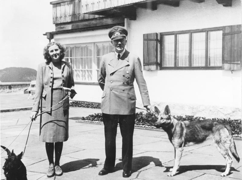 Eva Braun împreună cu Adolf Hitler, 14 iunie 1942 - foto preluat de pe ro.wikipedia.org