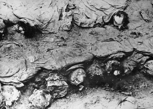 Masacrul de la Katyń (aprilie - mai 1940) - Ofiţeri polonezi exhumaţi la 3 ani dupǎ masacru (1943) - foto preluat de pe ro.wikipedia.org