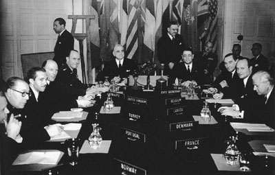 Representatives of the founding member countries of NATO, including Canada, meet in 1949 - foto preluat de pe www.thecanadianencyclopedia.ca