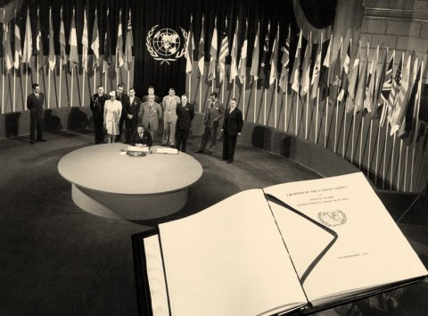 UN Photo/Historical Photo The San Francisco Conference: Egypt signs the UN Charter. A facsimile copy of the Charter is superimposed on the photo - foto preluat de pe www.un.org