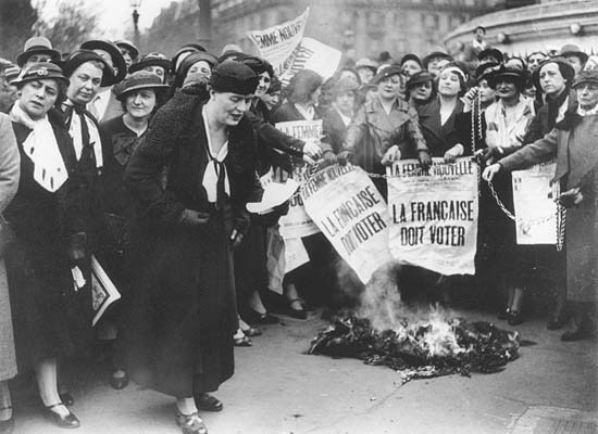 Suffragette Louise Weiss protests with other women demanding the vote in France in 1935 - foto preluat de pe www.connexionfrance.com