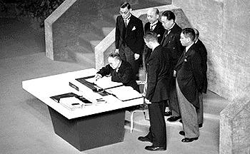 Yoshida şi membrii delegaţiei japoneze semnează Tratatul de la San Francisco (8 septembrie 1951) - foto preluat de pe ro.wikipedia.org