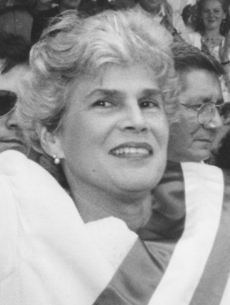 Violeta Chamorro recibiendo la banda presidencial por parte de Daniel Ortega, 1990 - foto preluat de pe en.wikipedia.org