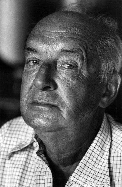 Vladimir Nabokov (n. 23 aprilie 1899, Sankt Petersburg, Rusia - d. 2 iulie 1977, Montreux, Elveția) a fost un scriitor american de origine rusă; familia sa aparținea aristocrației și a fost nevoită să emigreze în timpul revoluției bolșevice - (Nabokov in Montreux, 1973) - foto preluat de pe ro.wikipedia.org