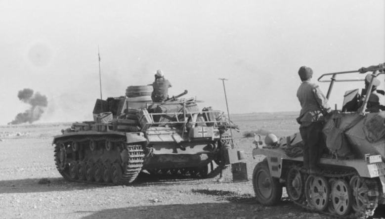 Bătălia de la Gazala (26 mai – 21 iunie 1942) Parte din Campaniei din Deşertul Occidental din cel de-al Doilea Război Mondial - Panzer Mk III si vehicul de comandă în deşertul occidental la momentul luptelor de la Gazala - foto preluat de pe ro.wikipedia.org