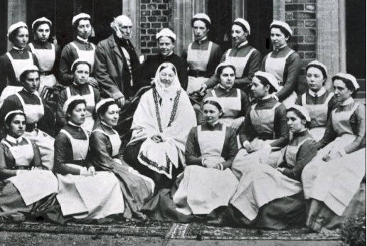 Florence Nightingale (middle) in 1886 with her graduating class of nurses from St Thomas' outside Claydon House, Buckinghamshire - foto preluat de pe en.wikipedia.org