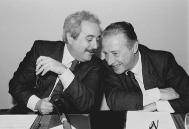 Giovanni Falcone (left) and fellow magistrate Paolo Borsellino (right) - foto preluat de pe en.wikipedia.org