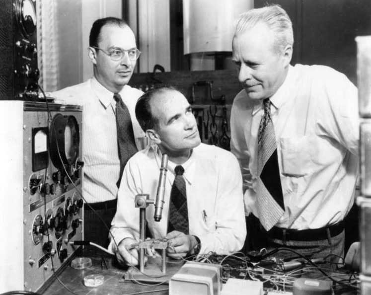 John Bardeen, William Shockley and Walter Brattain at Bell Labs, 1948 - foto preluat de pe en.wikipedia.org