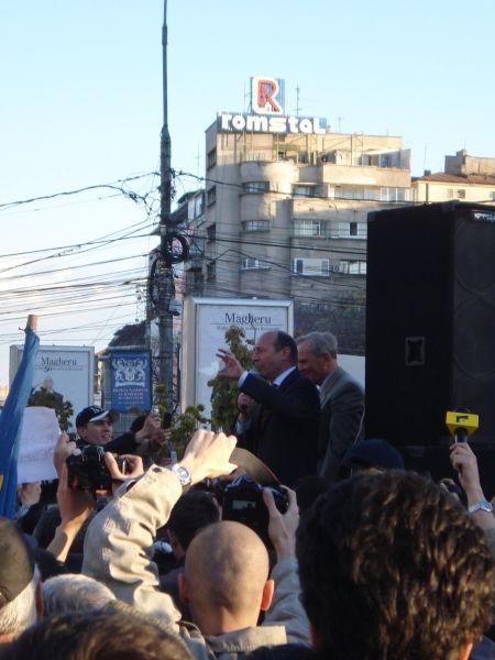 Traian Băsescu și Theodor Stolojan în Piața Universității (19 aprilie 2007) - foto preluat de pe ro.wikipedia.org