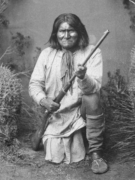 Goyaałé, scris uneori Goyathlay (n 16 iunie 1829 – d. 17 februarie 1909), numit mai târziu și Geronimo, a fost un lider și vraci din triburile apașe Chiricahua - (Geronimo, a Bedonkohe Apache; kneeling with rifle, 1887) - foto preluat de pe en.wikipedia.org