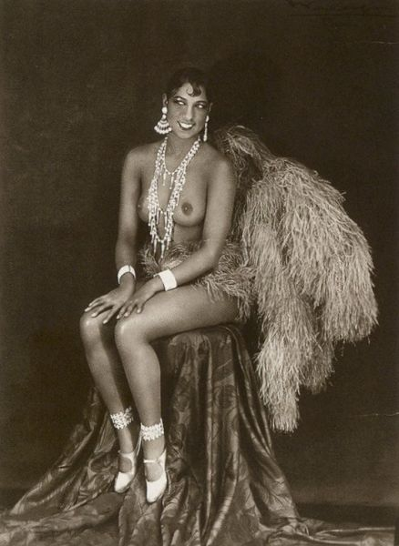 "Josephine Baker in a banana skirt from the Folies Bergère production ""Un Vent de Folie"" - foto preluat de pe ro.wikipedia.org"