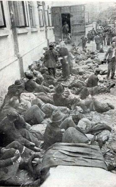 Pogromul de la Iași - (27 - 29 iunie 1941) - Evrei din Iaşi adunaţi cu forţa şi arestaţi în timpul pogromului - foto preluat de pe ro.wikipedia.org